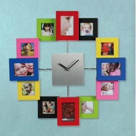Horloge Murale en Aluminium et Couleur avec 12 Porte Photo